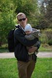 Pappa med behandla som ett barn i parkera Royaltyfri Fotografi