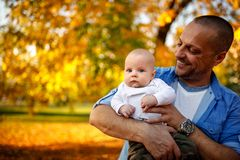 Pappa med sonen som spelar och har gyckel i parkera royaltyfria foton