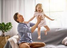 Pappa och hans spela för barn Royaltyfri Bild