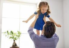 Pappa och hans spela för barn Royaltyfria Foton