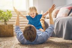 Pappa och hans spela för barn Royaltyfria Bilder