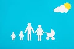 Pappabbildungen der Familie auf einem blauen Hintergrund Das Symbol Stockfotos