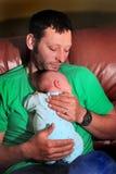 Pappan älskar nyfött Fotografering för Bildbyråer