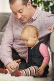 Pappan med behandla som ett barn flickan Royaltyfri Foto