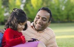 Pappan och dottern spelar royaltyfri bild