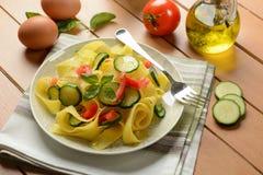 Pappardelle dell'uovo con lo zucchini ed il pomodoro Immagini Stock