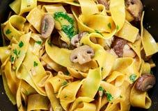 Pappardelle makaron z pieczarkami i innymi ziele w wok fotografia stock