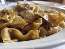Pappardelle met beerragu Toscaans typisch recept van Italiaanse deegwaren royalty-vrije stock foto