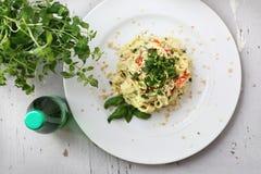 Pappardelle-Teigwaren mit Blumenkohl und Spinat Teller auf einer wei?en Platte stockbild