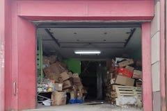 Pappbeh?llare inomhus f?r avlastning av produkter i livsmedelsbutiksupermarket Sanitetsv?sen och smuts arkivbild