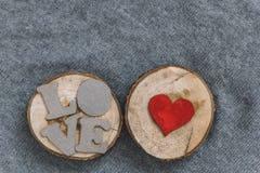 Pappbokstäver FÖRÄLSKELSE och hjärta Royaltyfri Bild
