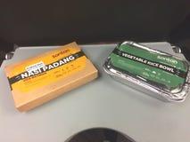 Pappe, die gegen verpackt Aluminiumverpacken lizenzfreie stockbilder