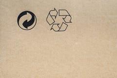Pappe mit Recycling-Symbolen lizenzfreie stockfotos