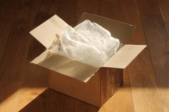 Pappemballage boxas och bubblar sjalen Arkivbild