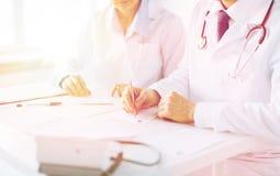 Papper för doktors- och sjuksköterskahandstilrecept royaltyfria bilder