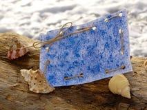 Papper för etiketter på stranden Arkivbild