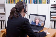 Papper för penna för kvinnahörlurar med mikrofonbärbar dator arkivfoton