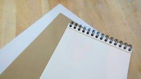 Papper, kuvert och anteckningsbok Arkivfoto