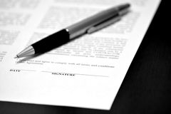 Papper med häftelinjen avtal Pen Closing Deal arkivbild