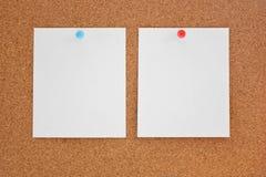 Papper och corkboard Fotografering för Bildbyråer