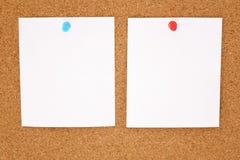 Papper och corkboard Arkivfoton