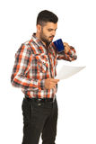Papper och drink för läsning för affärsman Royaltyfria Foton