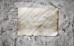 Papper på den smutsiga väggen Fotografering för Bildbyråer