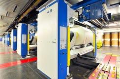 Papper rullar, och maskiner för offset- printing i ett stort tryck shoppar f royaltyfria bilder