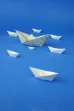 Papper sänder origami på blå bakgrund Royaltyfri Fotografi