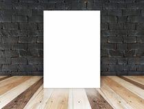 Pappers- affisch på den svarta tegelstenväggen och det tropiska wood golvet, tem Royaltyfri Fotografi