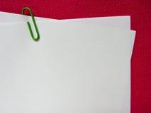 Pappers- anmärkning med det gröna gemet Arkivfoton