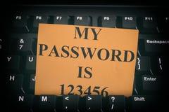 Pappers- anmärkning med lätt lösenord på det svarta datortangentbordet Royaltyfri Fotografi