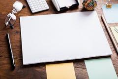 Pappers- anmärkning som fästas på anteckningsboken med gemmar Arkivfoton