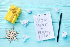 Pappers- anteckningsbok med det nya året för text - nytt liv Arkivfoto