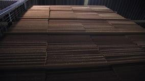 Pappers- ark för papp och projektorljus i mörkt lager stock video