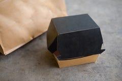 Pappers- ask för snabbmat på betong Royaltyfri Bild