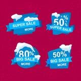 Pappers- baner på röd vinterbakgrund med snö vinter för vektor för bakgrundsförsäljningstext white för shopping för försäljning f Royaltyfri Bild