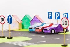 Pappers- bilar modellerar anseende i rad på parkeringen Arkivfoton