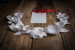 Pappers- blommor på den wood bakgrunden Royaltyfria Foton