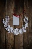 Pappers- blommor på den wood bakgrunden Royaltyfria Bilder