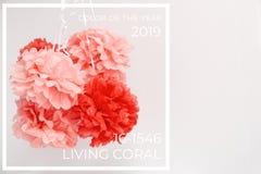 Pappers- blommor på flickababy showerpartiet Baby showerberömbegrepp Bo koralltemat - färg av året 2019 arkivbilder