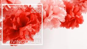 Pappers- blommor på flickababy showerpartiet Baby showerberömbegrepp Bo koralltemat - färg av året 2019 royaltyfri bild