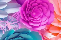 Pappers- blommor som göras från att klippa papp royaltyfri illustrationer