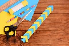 Pappers- bokmärke för böcker eller anteckningsböcker Enkla pappers- hantverk för förskolebarn och skolbarn royaltyfria foton