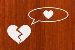 Pappers- bruten hjärta tänker om förälskelse Abstrakt begreppsmässig bild Royaltyfri Foto
