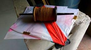 Pappers- drakar och tråd Royaltyfria Foton