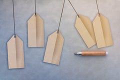 Pappers- etikett och träblyertspenna Royaltyfri Foto