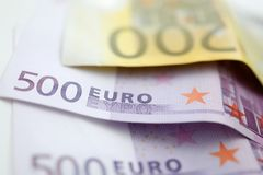Pappers- euro 500 och lögn för kassa 200 på tabellen royaltyfria foton