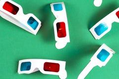 Pappers- exponeringsglas 3d på grön bakgrund Den moderna yrkesmässiga filmkameran med Mattebox och följer fokusen på abstrakt utr Royaltyfri Fotografi