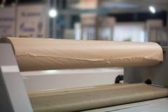 Pappers- förpackande maskin Royaltyfria Bilder